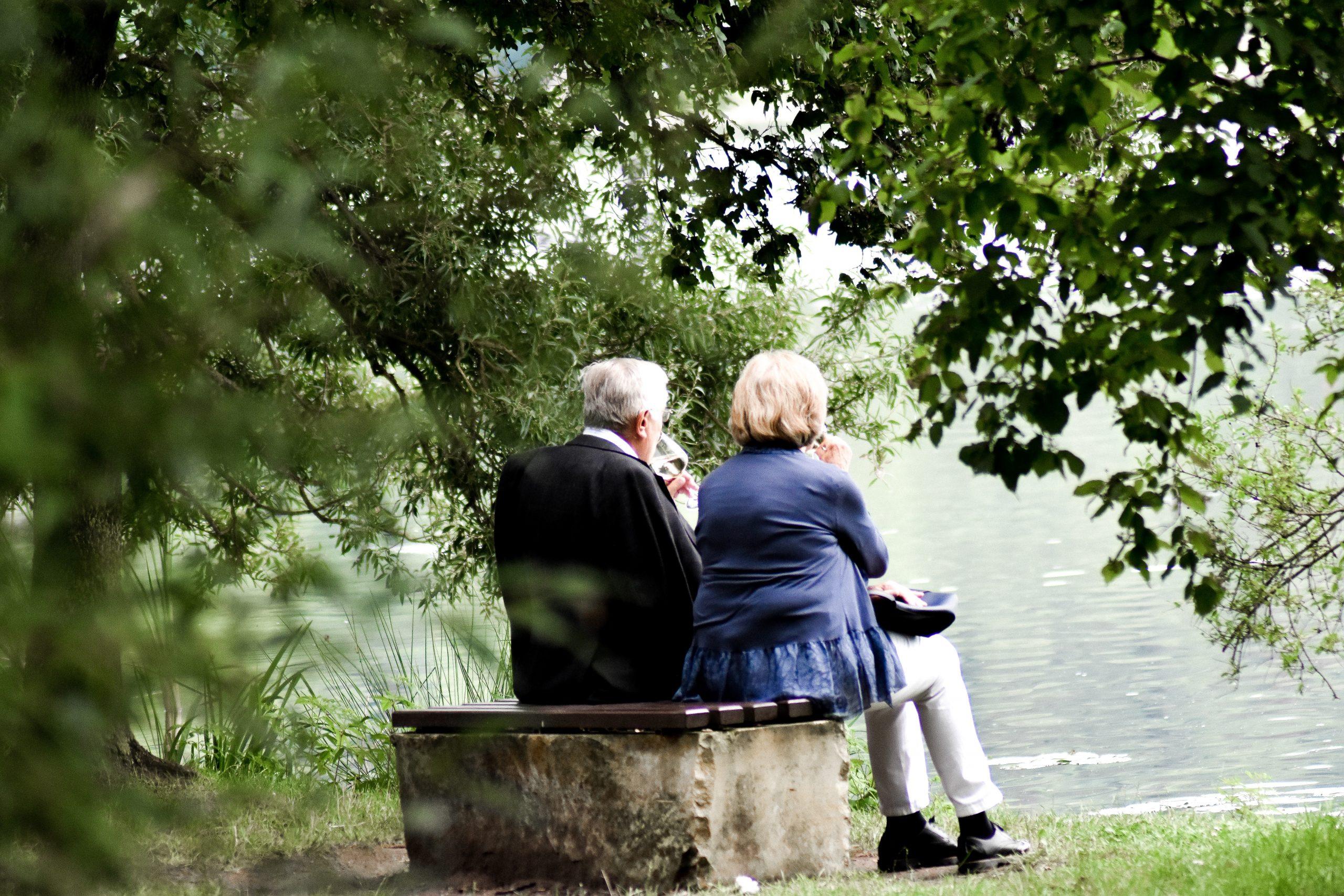 zwei Rentner*innen auf einer Bank